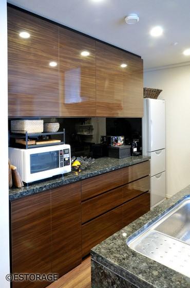 御影石のカウンターで統一したキッチン収納