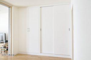 収納扉を活用して、仏壇も収納できる壁面収納。