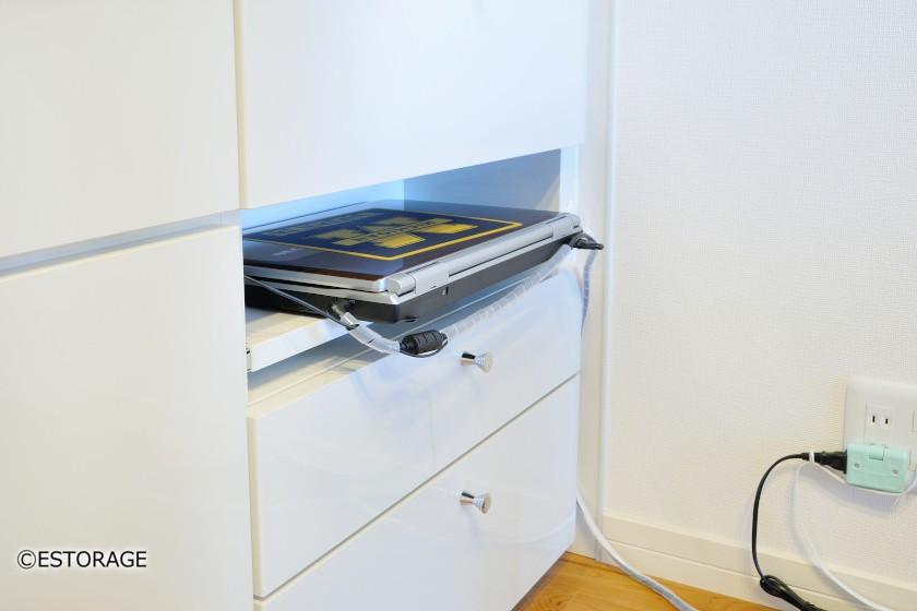 カウンター下収納のパソコン収納スペース