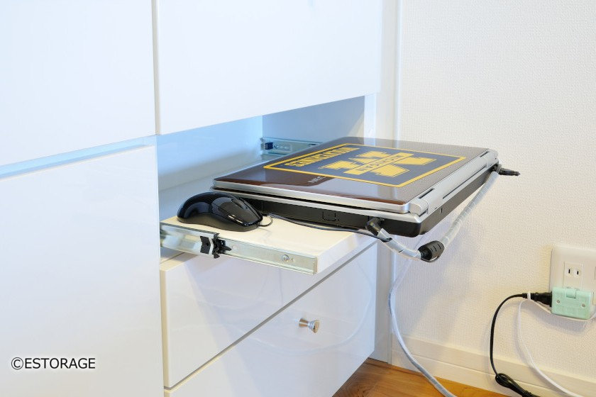 パソコンはスライド棚を使って収納。