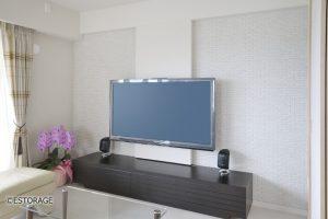 テレビの配線をかくして、スッキリしたリビングを実現したリビングの壁面パネル