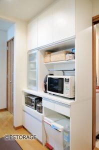 キッチンの動線を改善したオーダーメイドの食器棚