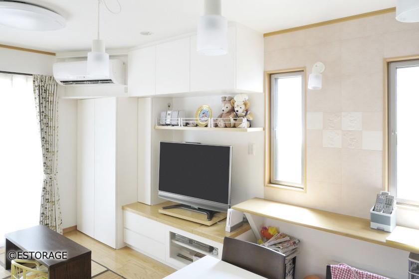 白と木目の優しい雰囲気のリビング収納