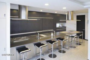 オーダーメイドの壁面収納でキッチンとダイニングに大容量の収納を実現。