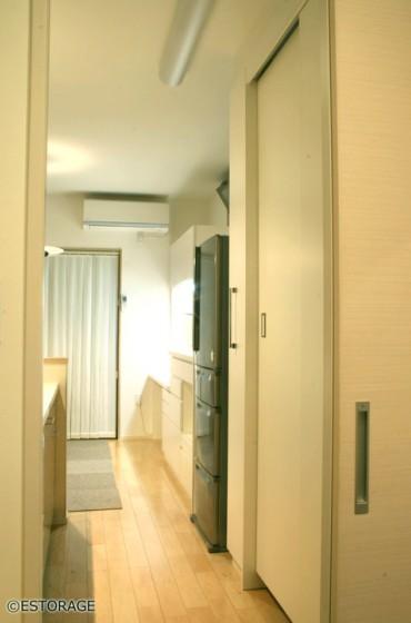 壁一面でキッチン収納、書棚、デスク全てがまかなえる壁面収納