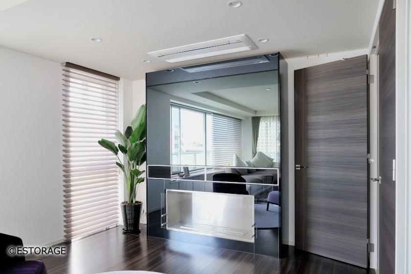 鏡面デザインが特徴的な壁面収納