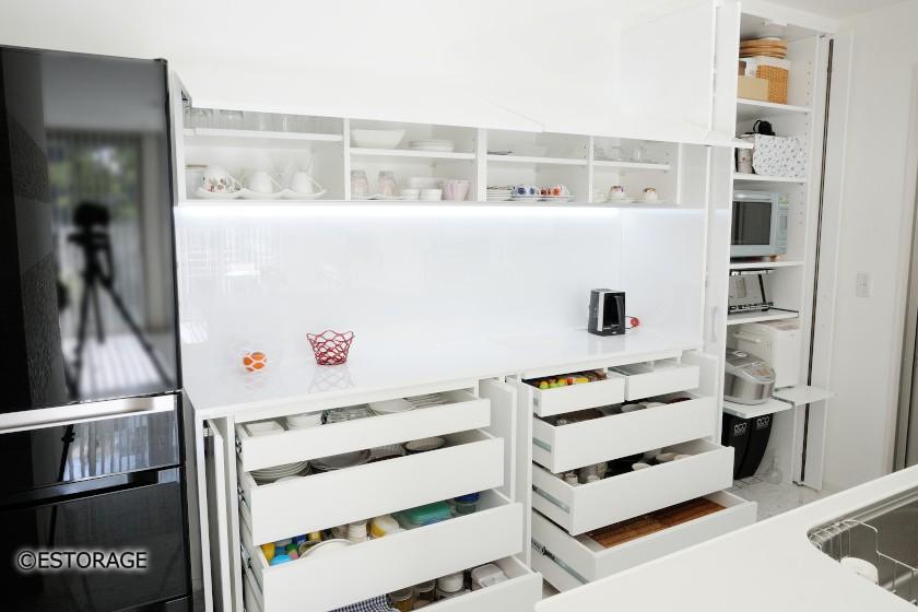 デザインと機能性を両立した食器棚