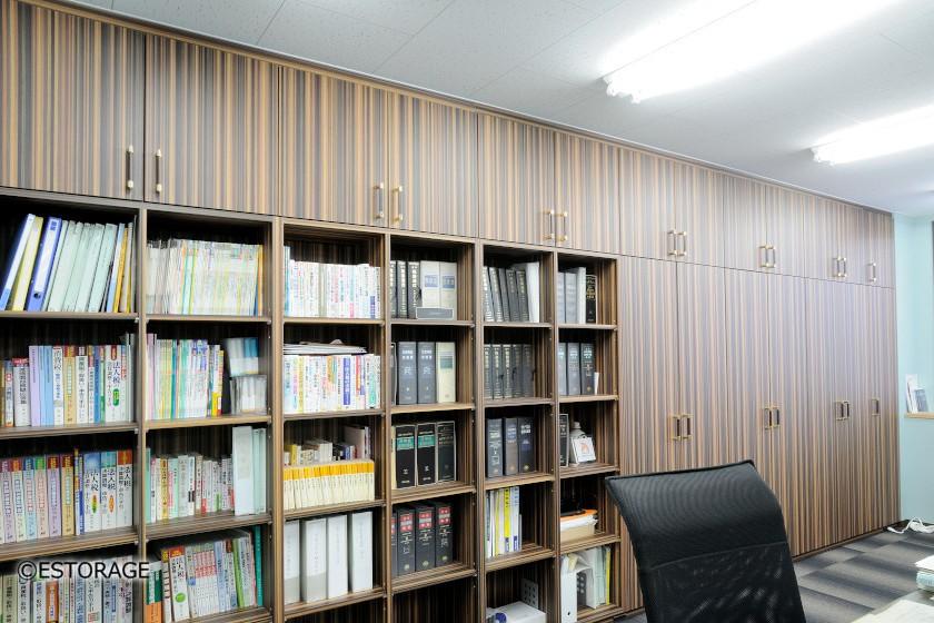 壁面全体を書棚にした壁面収納。