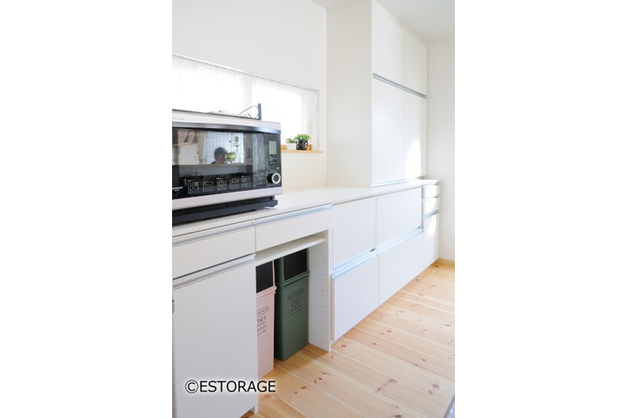 キッチンの窓を活かしたオーダーメイドの食器棚で、明るいキッチンに。