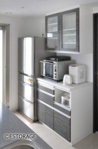 既存キッチンの扉と同じ木目で統一感を演出したオーダーメイオの食器棚