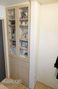 既存のカウンターと一体になったオーダーメイドの飾り棚