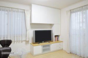 白を基準色にした壁面収納と機能的なパソコンデスク。