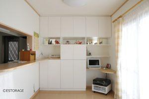 キッチンカウンターと統一したダイニング収納
