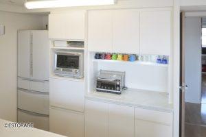 キッチン家電の収納スペースを確保したオーダーメイドの食器棚。
