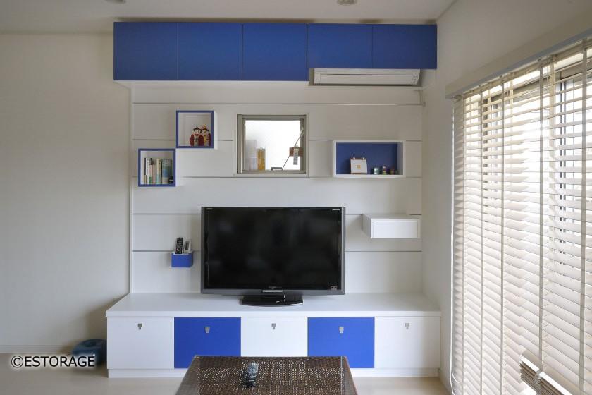 青にこだわったデザイン性の高いリビング壁面収納