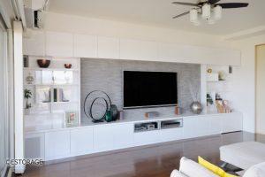 広いリビングに設置した壁面収納で、モデルルームのようなリビングに。