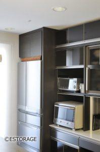 冷蔵庫の上に作った収納スペース