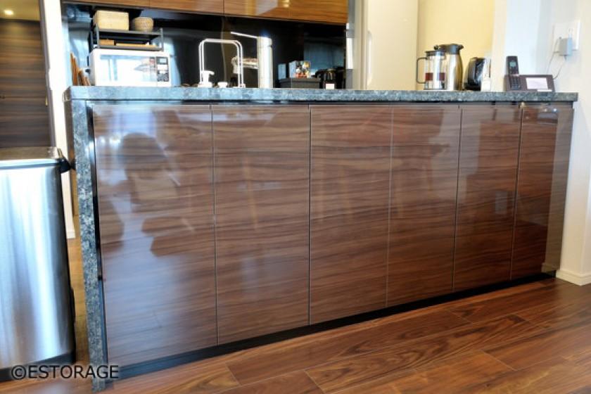 御影石カウンターで統一感のあるキッチン収納