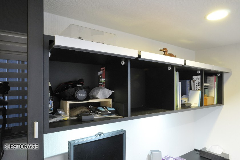 黒レザー柄の化粧板を使ったモダンな書斎デスク