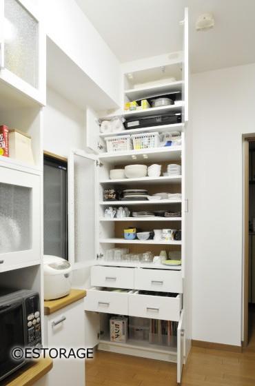 クロスも張替え明るいキッチン キッチン収納