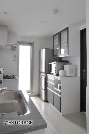 既存キッチンの扉と同じ木目で統一感を演出したキッチン収納