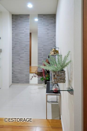 玄関を明るくするガラス飾り棚