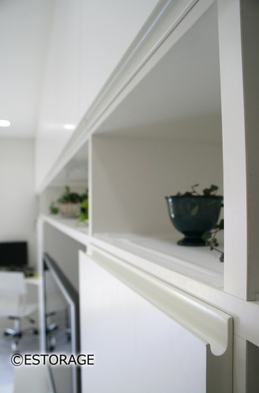もともと家にあったような統一感のあるリビング壁面収納