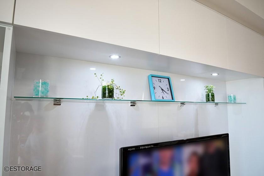 ガラスの棚板の飾り棚