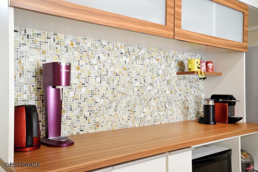 タイルがアクセントになるキッチン壁面収納