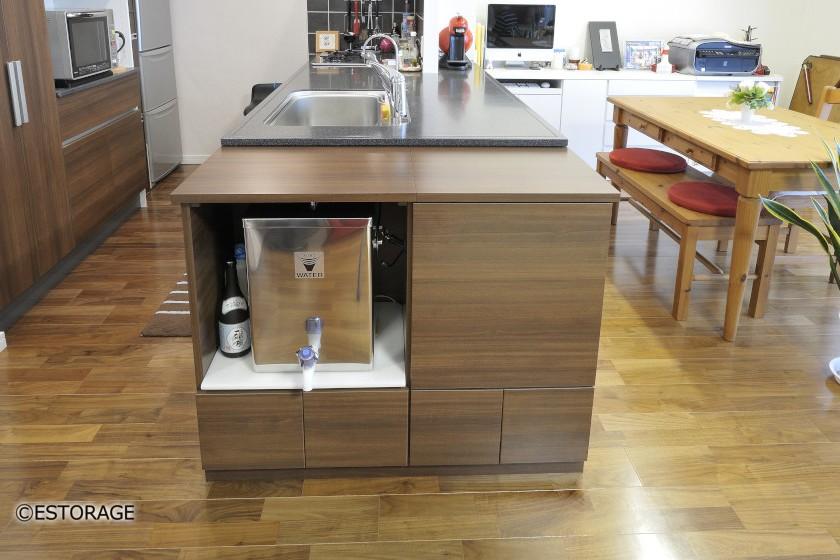 キッチンのカウンターにピッタリあわせた浄水器収納