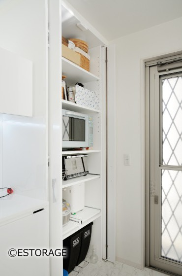 収納扉で扉を開けたままでも使いやす収納スペース。