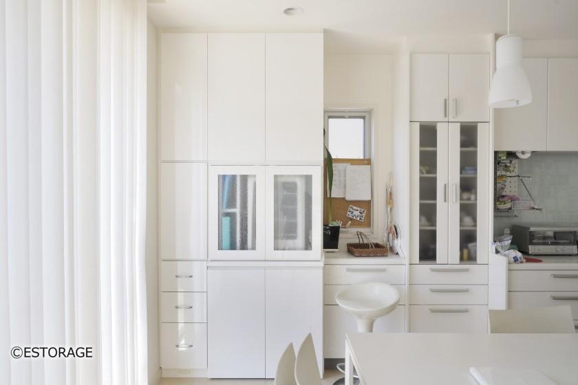 パン作り用の家電を収めるスペースを備えた壁面収納