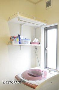 洗濯機上のデットスペースに洗剤などを置ける壁付固定棚