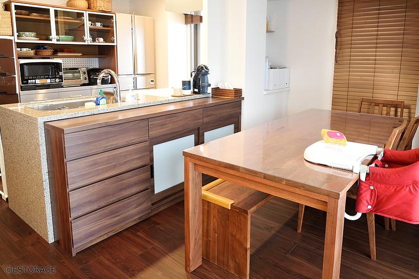 周りの家具と調和したカウンター下収納