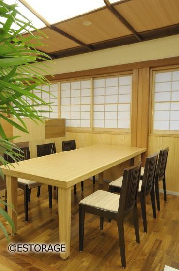 天然木無垢材と天然木突板材を使用した重厚感あふれるテーブル