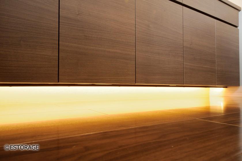 雰囲気の変わる照明付きダイニング収納