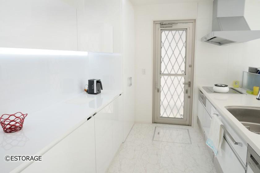 白で統一された、清潔感のあるキッチン。