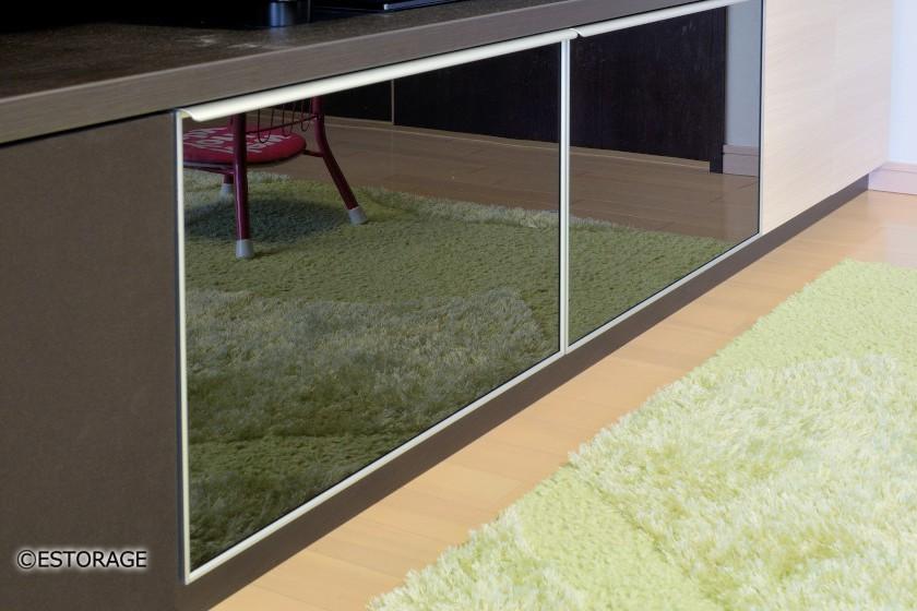 ガラス扉を採用した収納スペース