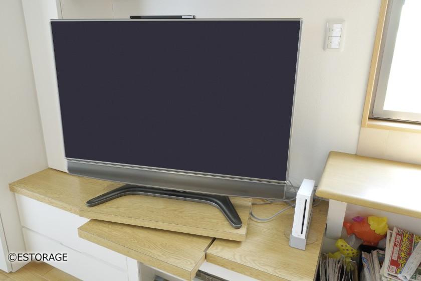 スライド棚で、テレビの位置を変更可能。