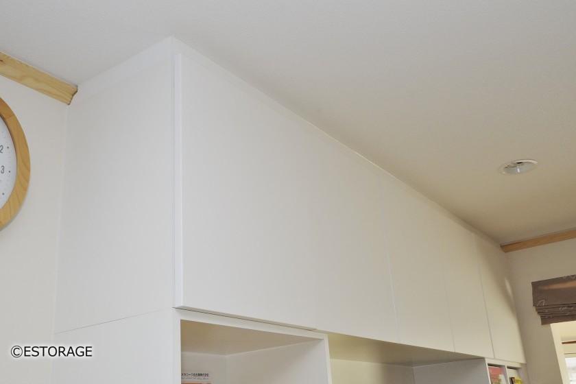 明るい白色のリビング壁面収納