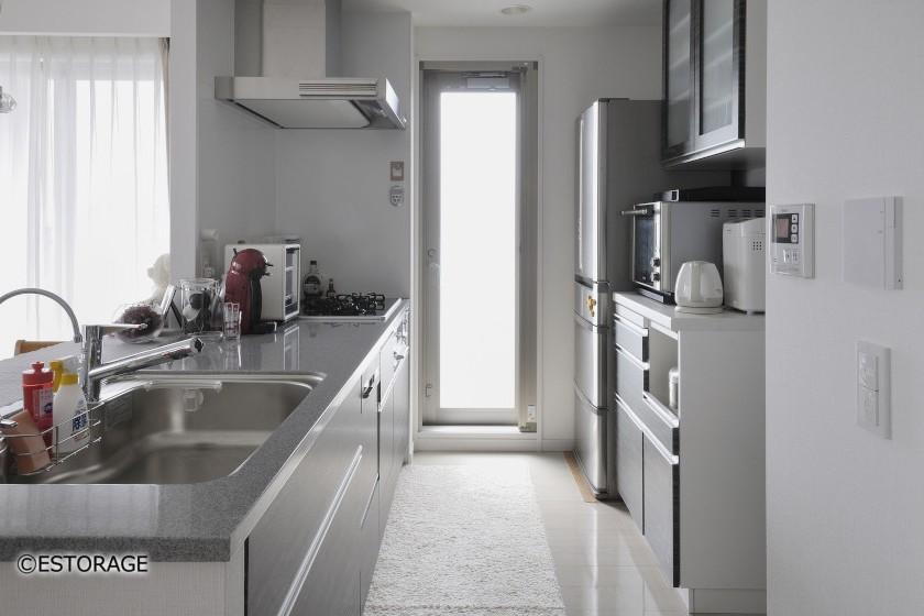 機能的で明るいキッチンを実現した食器棚。