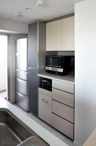 色と素材にこだわり抜いた機能的なキッチン収納