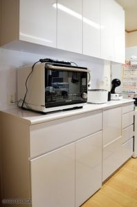 フラットなデザインで大容量の食器棚