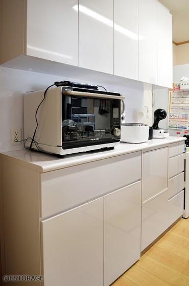 フラットなデザインで大容量の食器棚のキッチン収納