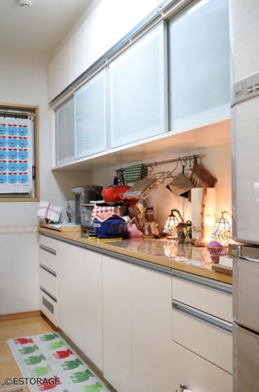 ふみ台になる収納付きチェアが便利なキッチン収納