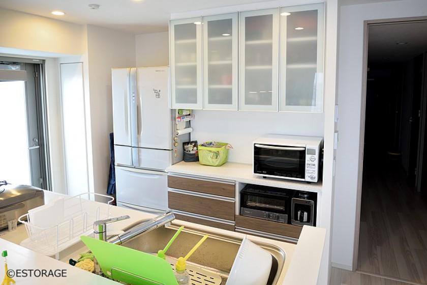 ガラス扉と木目のキッチン収納