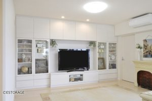 リビングを明るい白の木目で統一させた壁面収納