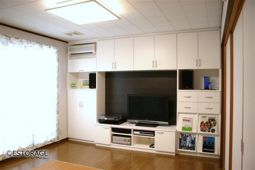 白に木目のアクセントが映えるリビング壁面収納