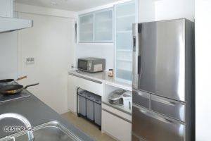梁下のデッドスペースも有効活用したキッチン収納