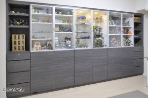 壁にぴったり納まった大容量のコレクション収納